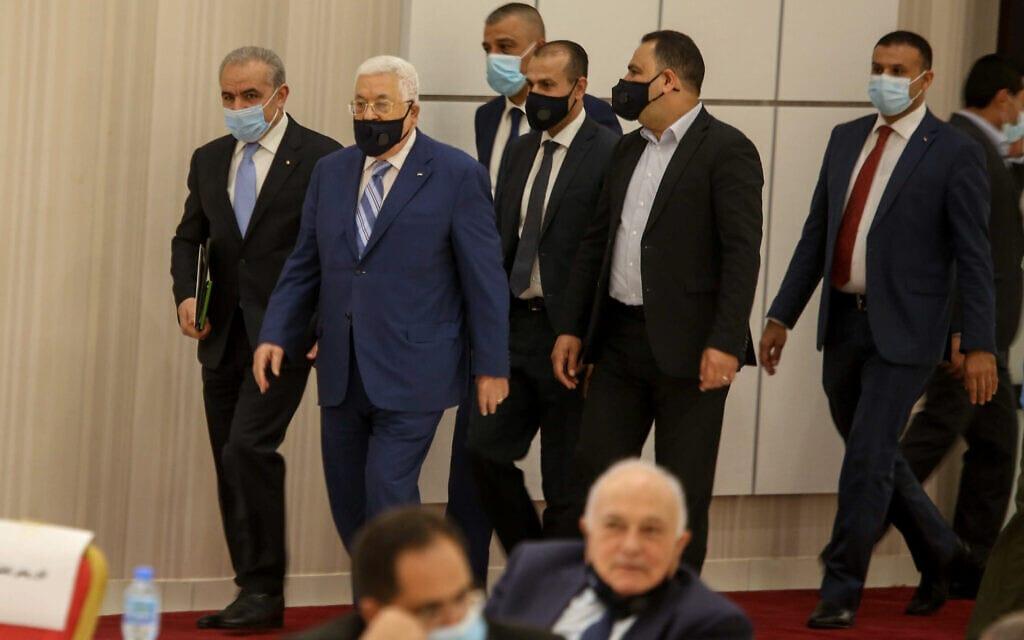 נשיא הרשות הפלסטינית מחמוד עבאס (אבו מאזן) בדרכו לפגישה עם צמרת ההנהגה הפלסטינית ברמאללה, 18 באוגוסט 2020 (צילום: פלאש 90)