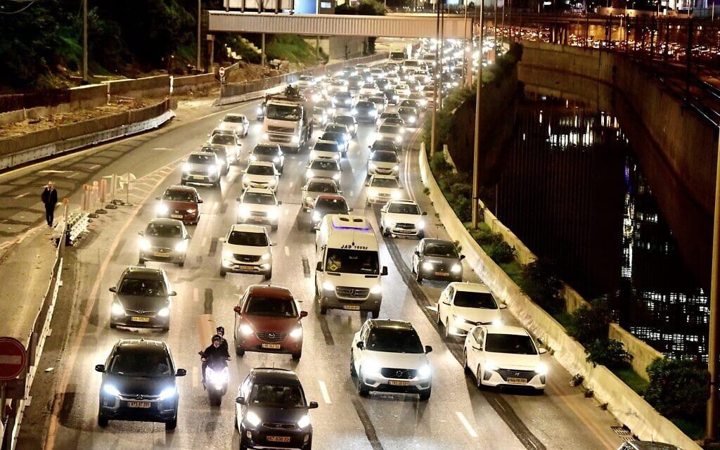 פקק תנועה בנתיבי איילון (צילום: אבשלום ששוני/פלאש90)