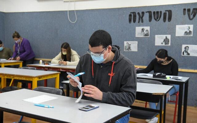 תלמידי בית ספר על-יסודי ביהוד, 3 בפברואר 2021 (צילום: פלאש 90)