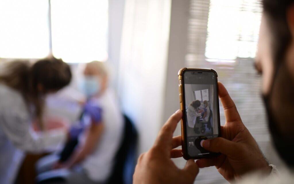 מטופל מתחסן נגד נגיף הקורונה בתל אביב, 14 בפברואר 2021 (צילום: תומר נויברג, פלאש 90)