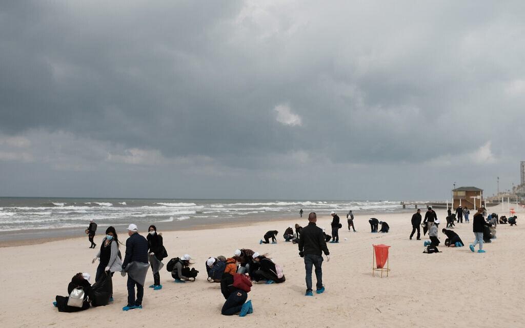 פעילים מנקים את חוף ימה של בת ים, 2 במרץ 2021 (צילום: תומר נויברג, פלאש 90)