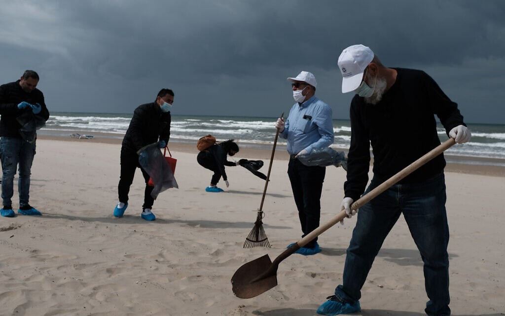 מאמצי הניקיון בחופים נמשכים: מתנדבים בחוף בת ים, 2 במרץ 2021 (צילום: תומר נויברג/פלאש90)