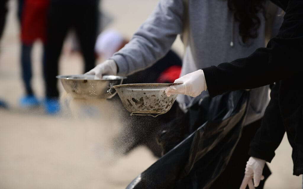 מתנדבים מנקים את החוף בבת ים, 2 במרץ 2021 (צילום: תומר נויברג/פלאש90)