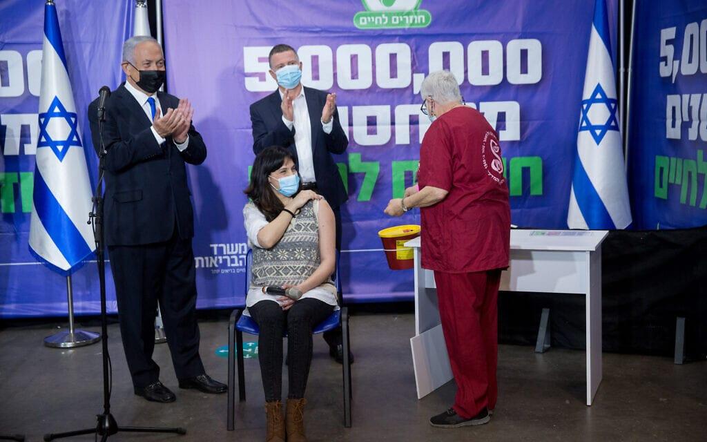 יולי אדלשטיין ובנימין נתניהו חוגגים 5 מיליון מתחסנים, 8 במרץ 2021 (צילום: מרים אלסטר/פלאש90)