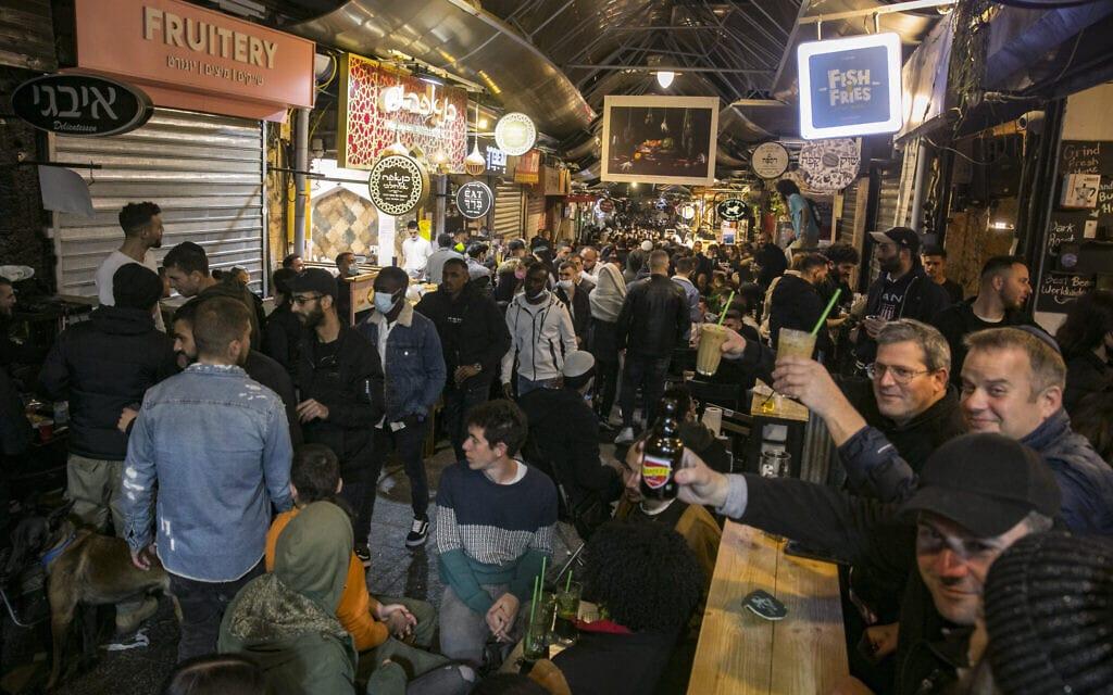 ישראלים חוגגים בשוק מחנה יהודה בירושלים, 12 במרץ 2021 (צילום: אוליבייה פיטוסי/פלאש90)