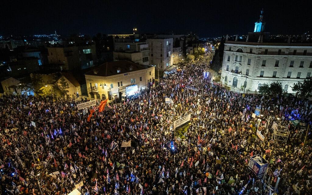 עשרות אלפי מפגינים מול מעון ראש הממשלה בבלפור, במוצאי השבת שלפני הבחירות לכנסת ה-24, 20 במרץ 2021