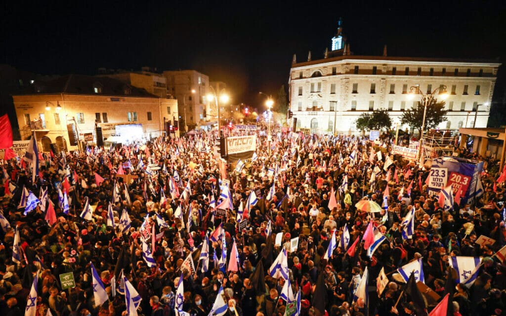 מפגינים נגד נתניהו בכיכר פריז, 20 במרץ 2021 (צילום: Yonatan Sindel/Flash90)