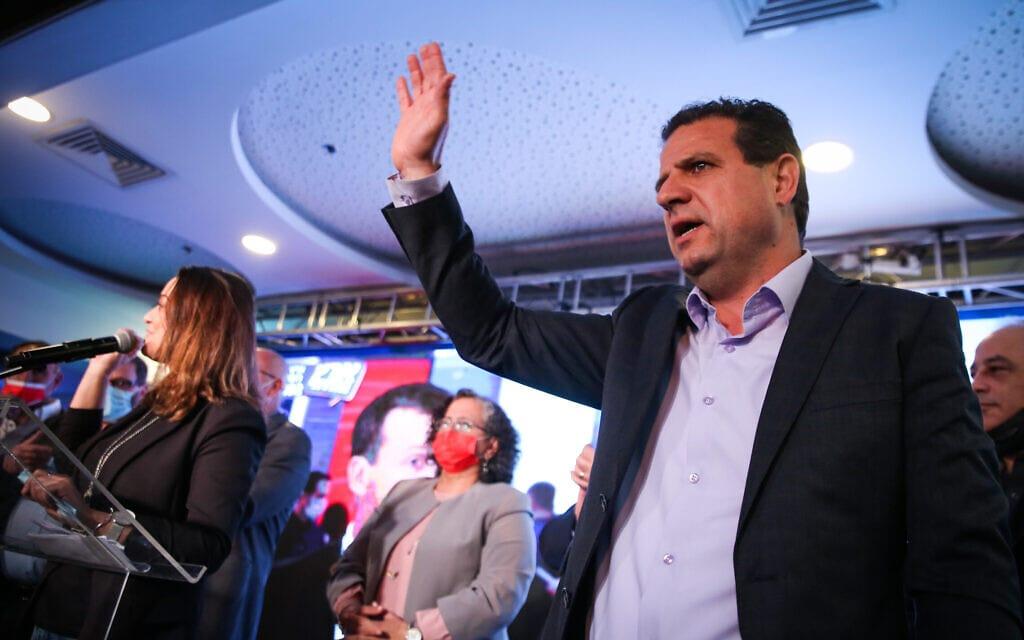 """יו""""ר הרשימה המשותפת איימן עודה במטה המפלגה בשפרעם, עם היוודע תוצאות המדגמים, 23 במרץ 2021 (צילום: דוד כהן/פלאש90)"""