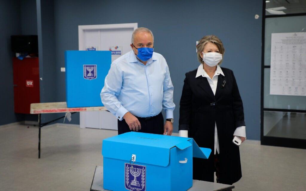 יו״ר ישראל ביתנו אביגדור ליברמן מצביע בבחירות הרביעיות עם רעייתו אלה. 23 במרץ,  2021 (צילום: Gershon Elinson/Flash90)