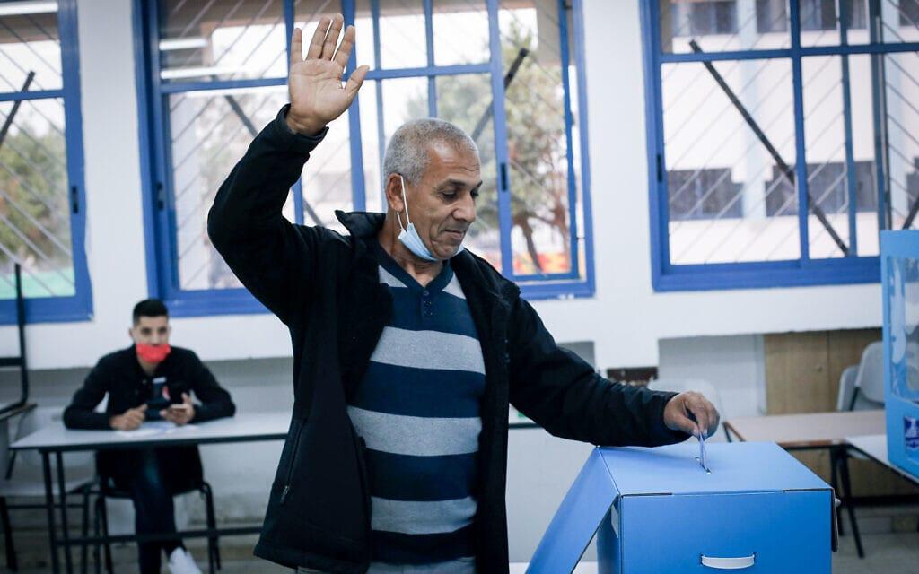 מצביע בבקלפי בכפר מנדא, 23 במרץ 2021 (צילום: Jamal Awad/FLASH9)