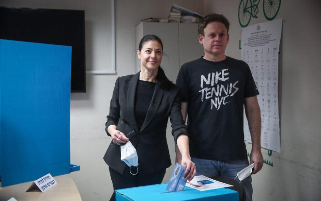 יו״ר העבודה מרב מיכאלי מצביעה בבחירות הרביעיות עם בן זוגה ליאור שליין, 23 במרץ 2021 (צילום: Miriam Alster/Flash90)