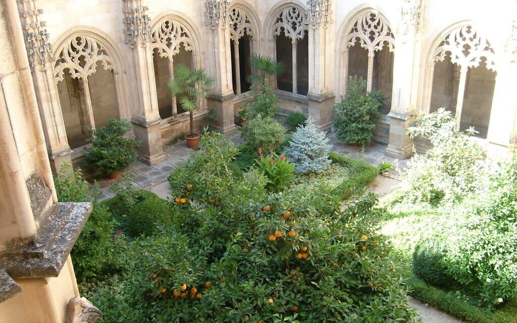 חצר פנימית בגרנדה שבספרד (צילום: באדיבות מרג'ורי סנדור)