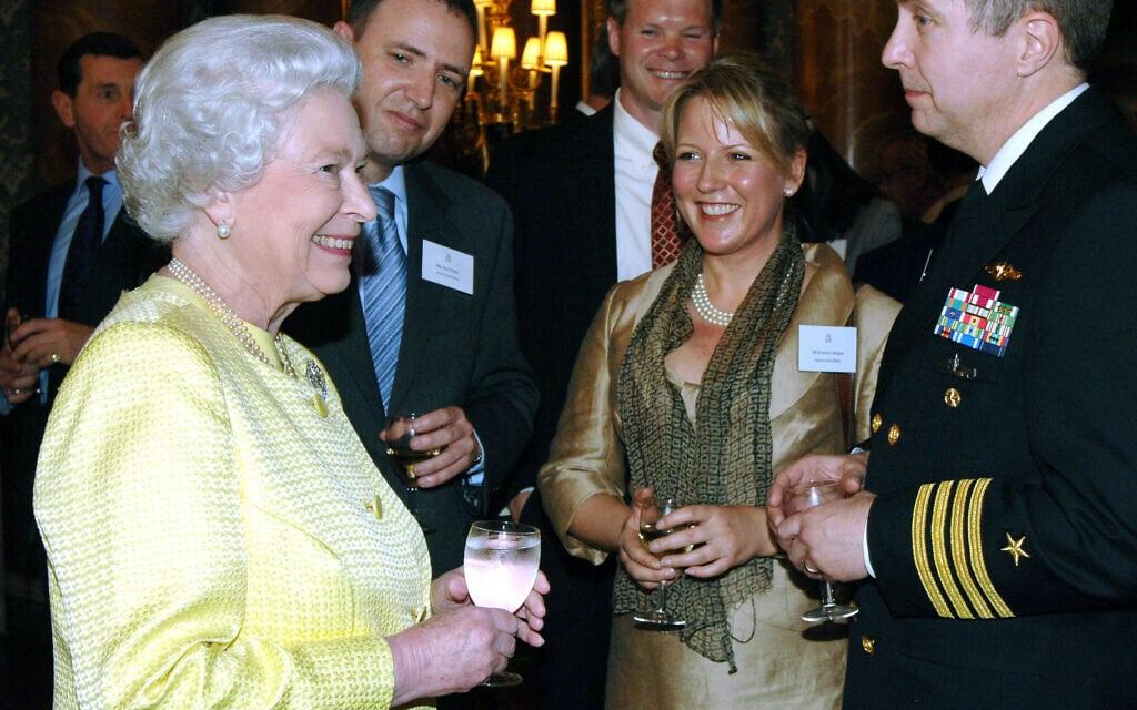 מלכת אנגליה עם דן פרי (שני משמאל), הגורם למבוכות בארמון בקינגהם (צילום: באדיבות דן פרי)