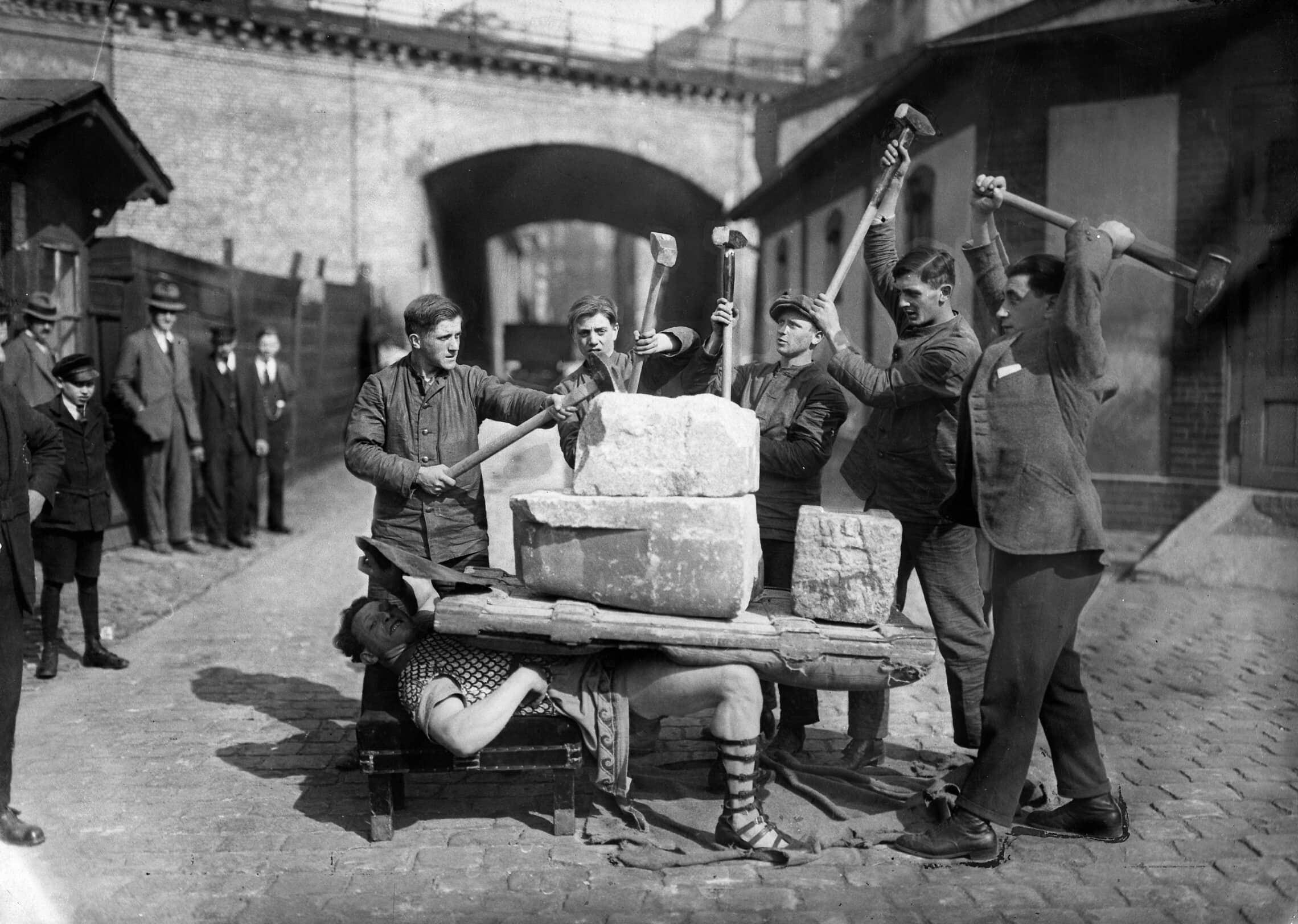 זיגמונד ברייטבארט מפגין את כוחו בשנת 1921 (צילום: ullstein bild via Getty Images)