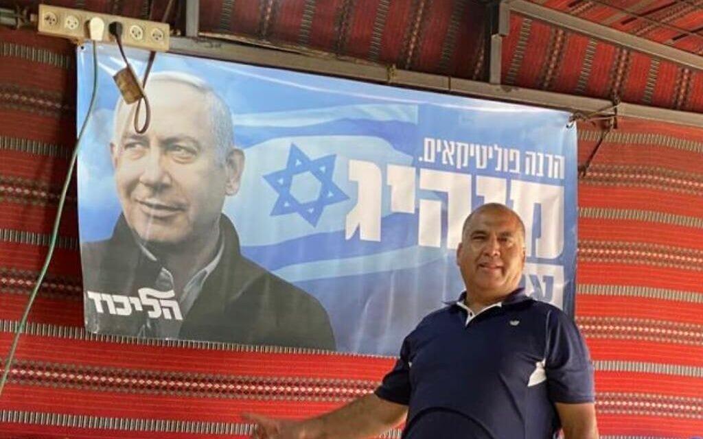 עלי ג'בועה לצד שלט בחירות של בנימין נתניהו (צילום: באדיבות המצולם)