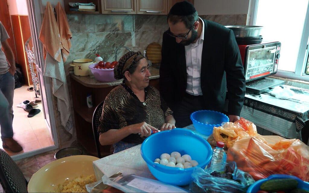 זויה אבאדייב משוחחת על מאכלים יהודיים עם הרב צדוק אשורוב בקרסניה סלובודה, אזרבייג'ן, 21 ביולי 2018 (צילום: כנען ליפשיץ)