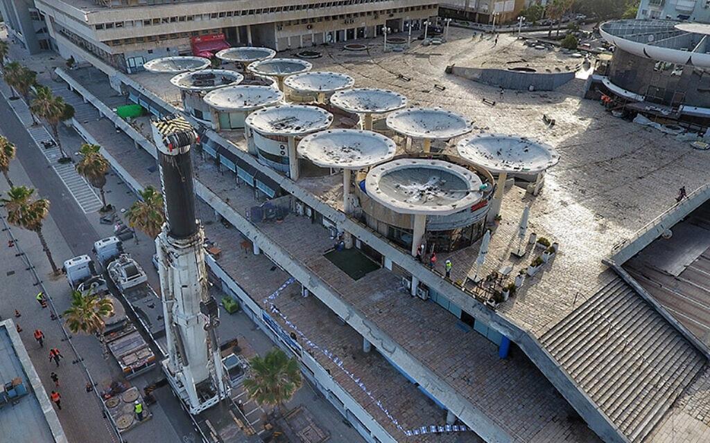 פרויקט הריסת הפטריות מעל חניון כיכר אתרים (צילום: עזרה ובצרון)