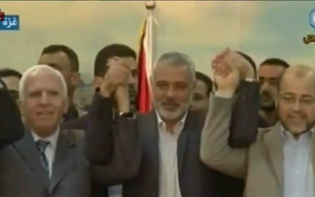"""החתימה על הסכם הפיוס בין חמאס לפתח ב-2014, צילום מסך מכתבה של """"כאן 11"""""""