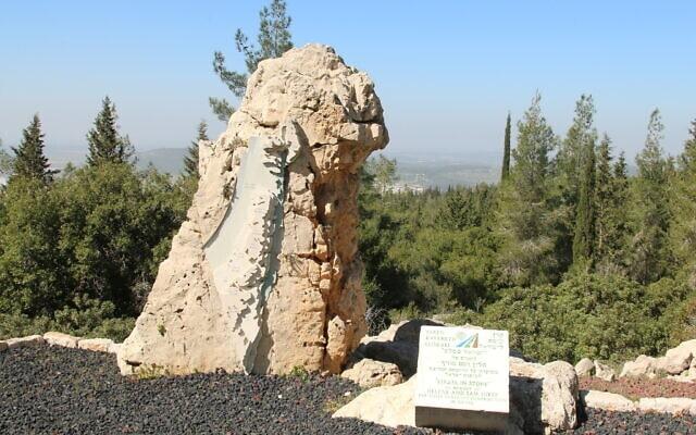 פסל ישראל באבן משקיף על הנוף (צילום: שמואל בר-עם)