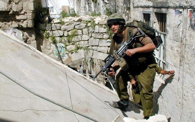 """מבצע """"חומת מגן"""" להריסת תשתיות הטרור ברשות הפלשתינית על ידי כוחות צה""""ל בג'נין. בצילום, חיילי צה""""ל בפעילות מבצעית בג'נין, 9 באפריל 2002 (צילום: דובר צה""""ל)"""