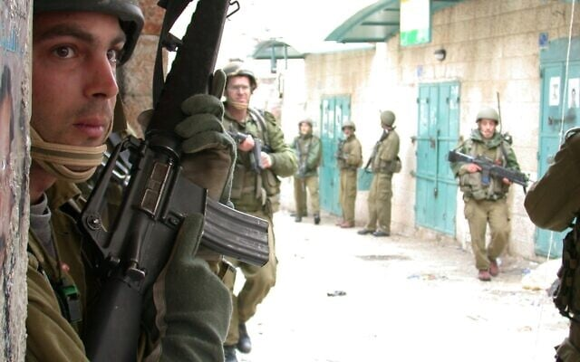 """חפעילות לוחמים של צה""""ל ברחובות בית לחם במהלך מבצע חומן מגן, 3 באפריל 2002 (צילום: עופר יזהר/דובר צה""""ל)"""