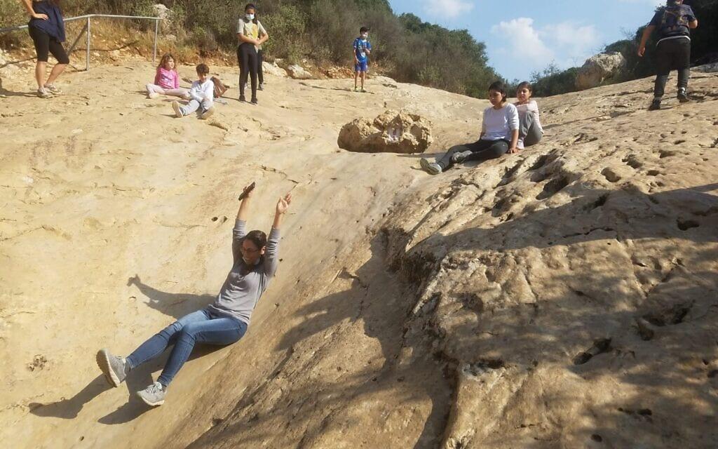 מטיילים בנחל המערה (צילום: החברה להגנת הטבע)