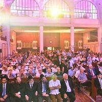 מאות אורחים בטקס הקדשת ספרי התורה בבית הכנסת הגדול בתל אביב, אוגוסט 2015 (צילום: ישראל ברדוגו)