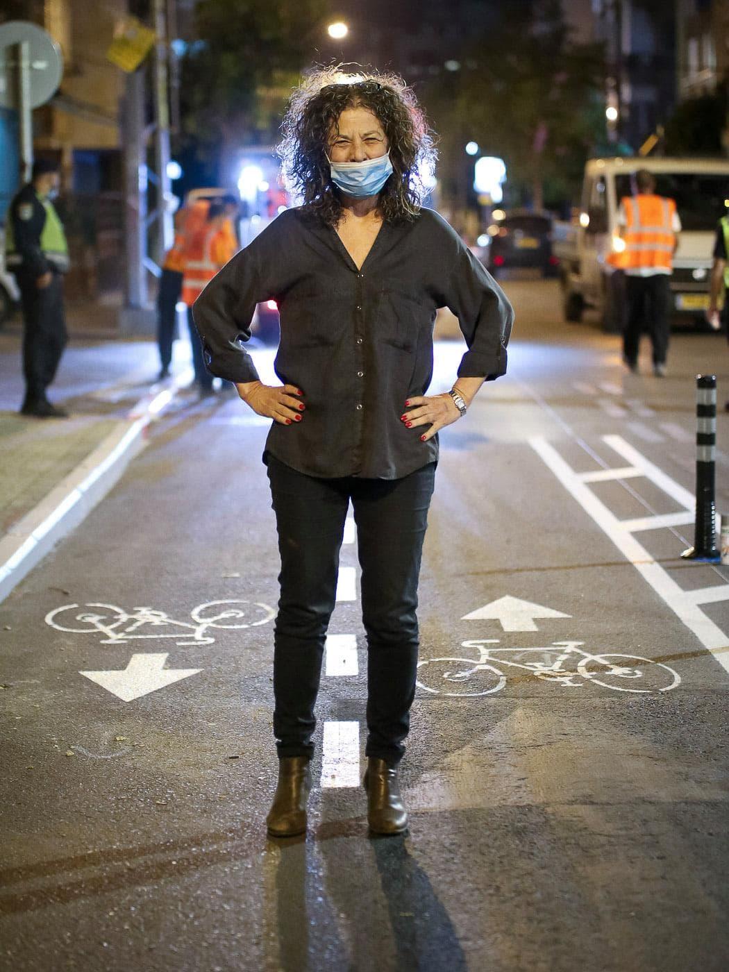 מיטל להבי עומדת על שבילי אופניים חדשים שנסללו בתל אביב ב-2020 (צילום: עמוד הפייסבוק של מיטל להבי)