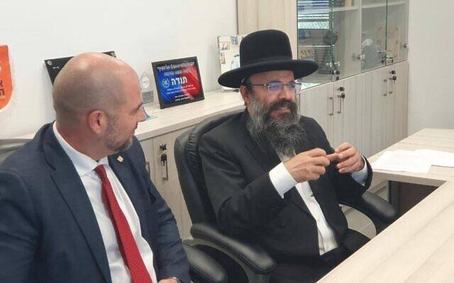 הרב הרנטגן יעקב ישראל איפרגן בפגישה עם השר לביטחון פנים אמיר אוחנה בפברואר 2020 (צילום: עמוד הפייסבוק של הרב הרנטגן)