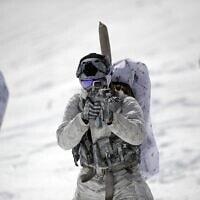 לוחם ביחידת אריות הים של הצי האמריקני בהכשרת לוחמת חורף, הדומה לזו שעבר גיבור הספר, סקוט הארוות. (מקור:ויקיפדיה)