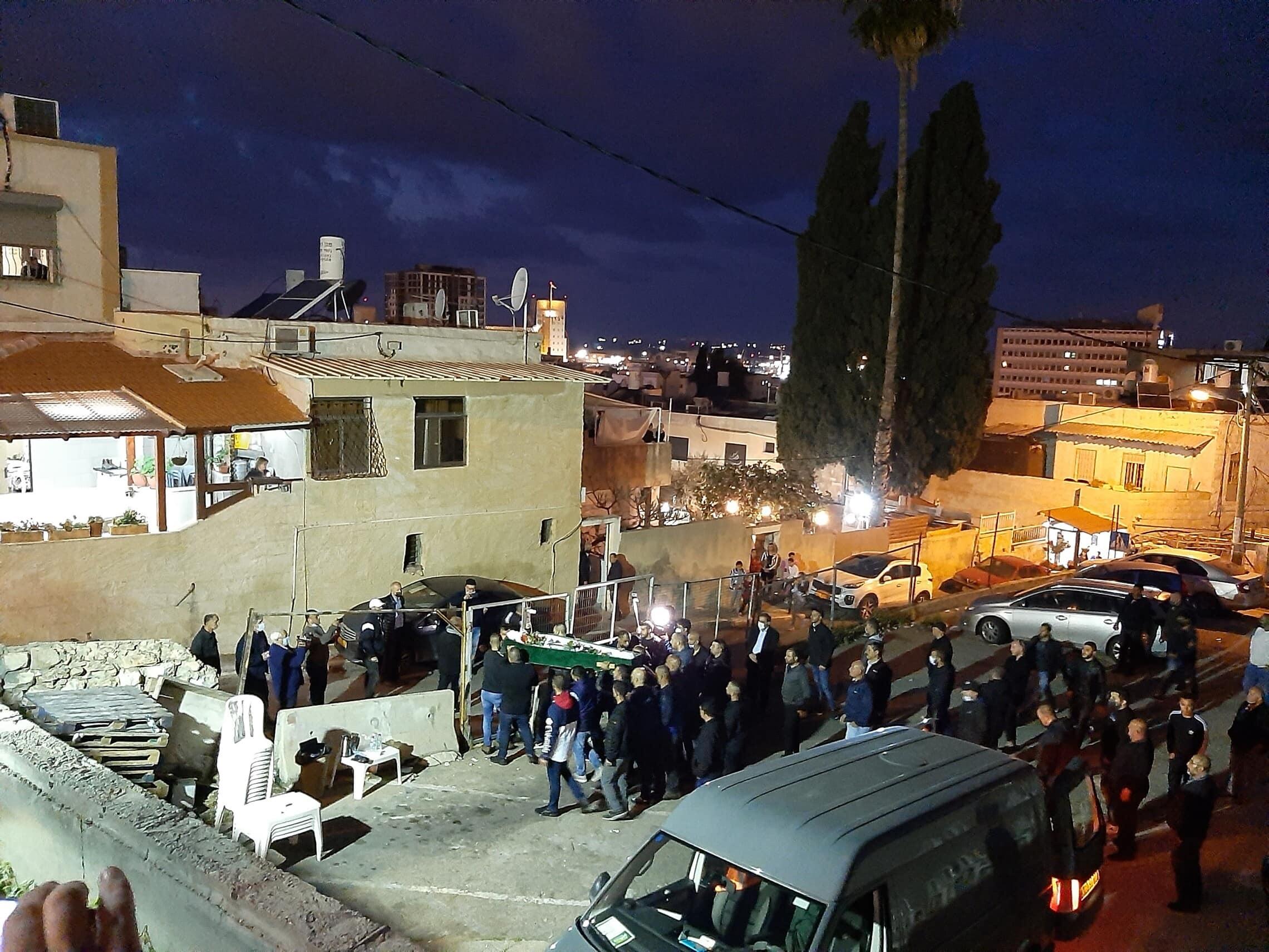גופת מוניר ענבאתווי מובאת לביתו כמה שעות לפני ההלווייה
