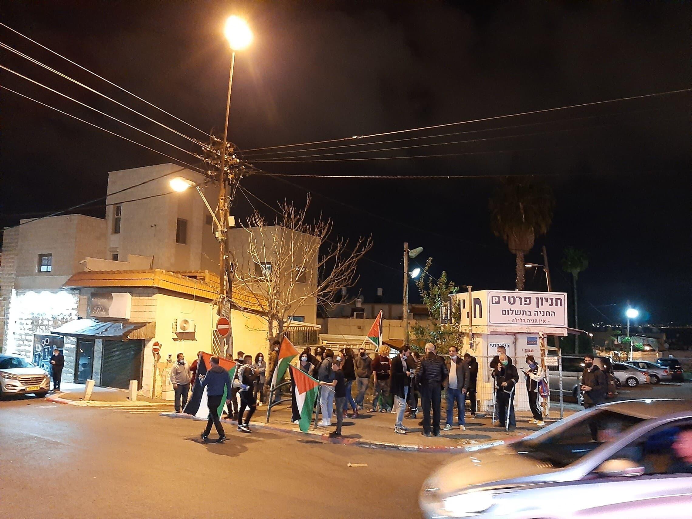 """הפגנה ליד ביתו של מוניר ענבתאווי ז""""ל ביום שלאחר מותו"""