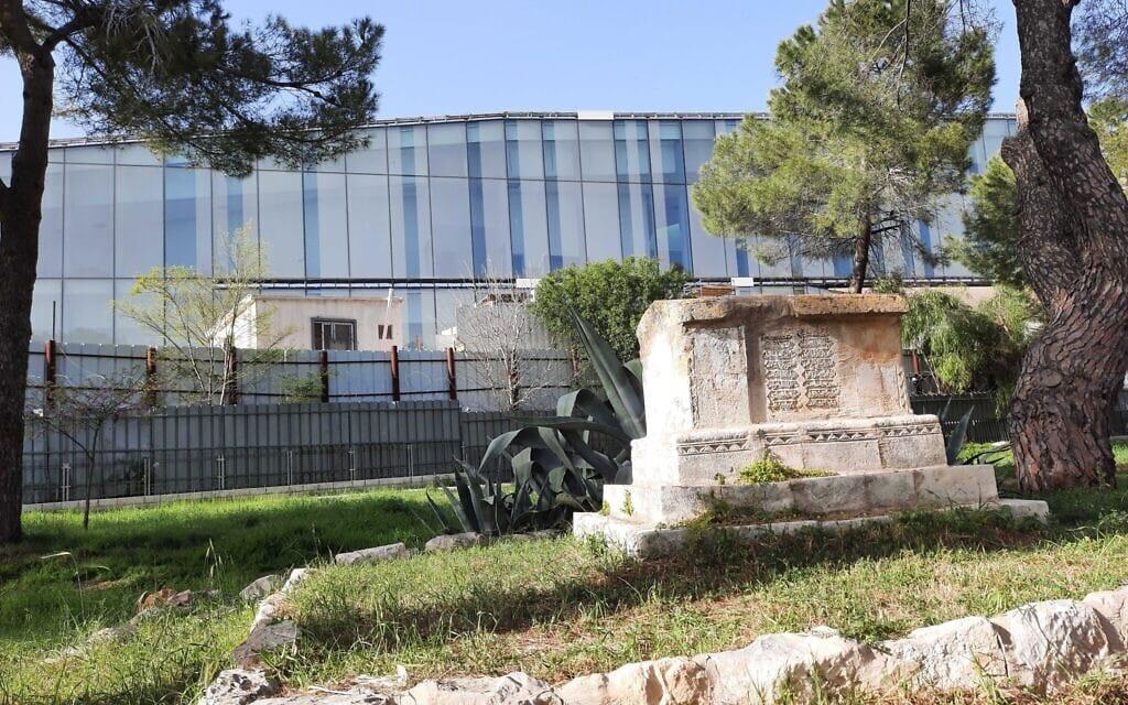 כבר מוסלמי בממילא, ירושלים, כשברקע המוזאון לסובלנות. אפריל 2021 (צילום: יהושע דוידוביץ)