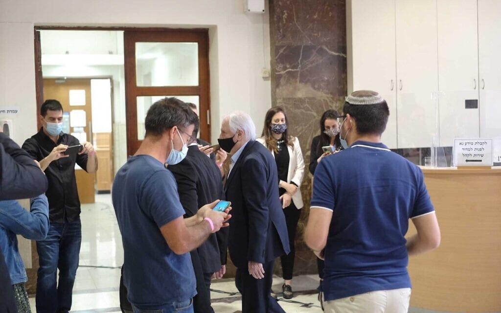 שאול אלוביץ׳ מגיע לבית המשפט המחוזי בירושלים לתחילת שלב ההוכחות במשפט נתניהו, 5 באפריל 2021 (צילום: יהודה ארי גרוס)