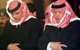 המלך עבדאללה (מימין) ואחיו למחצה הנסיך חמזה בתפילה לסיום 40 ימי האבל על מות המלך חוסיין, 18 במרץ 1999 (צילום: Majed Jaber/REUTERS/Alamy)
