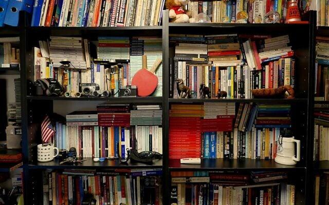 הספריה בביתו של דן פרי (צילום: דן פרי)
