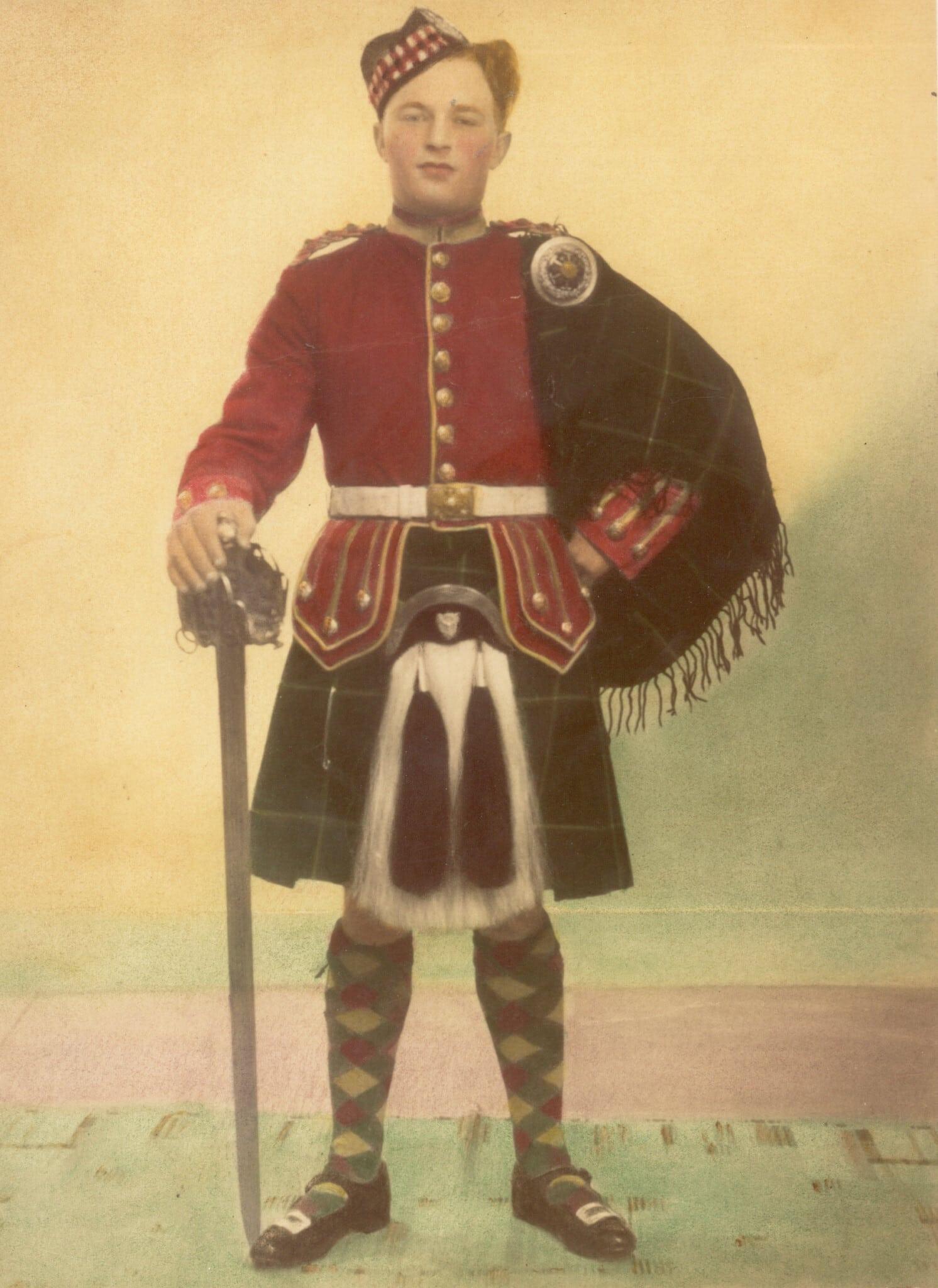חיים הירשמן בלבוש סקוטי ב-1948 (צילום: באדיבות ג'ון קאר)