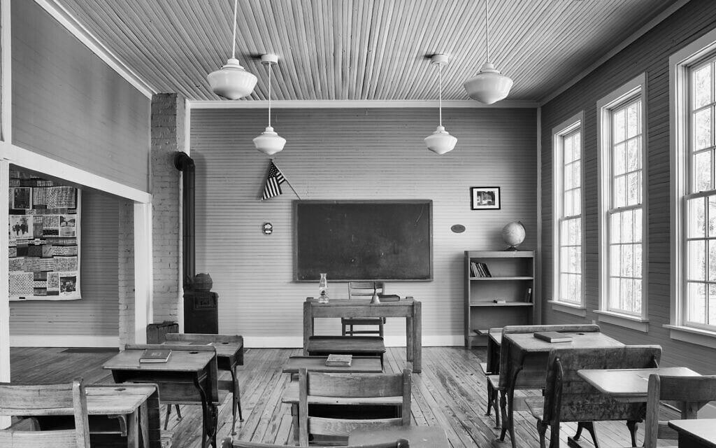 """כיתה משוחזרת בבית הספר 'פיין גרוב' שבדרום קרולינה, אחד מבתי הספר מפרויקט  'רוזנוולד' שהוקם על ידי הנדבן ג'וליוס רוזנווד למען חינוך ילדים שחורים בדרום ארה""""ב בו הייתה הפרדה בין שחורים ללבנים (צילום: אנדרו פיילר)"""