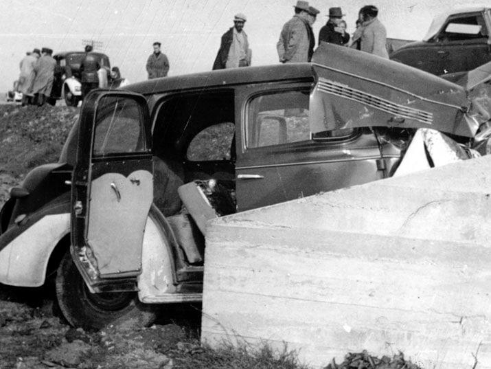 המכונית המרוסקת בזירת התאונה בה נהרגו דב הוז ובני משפחתו ב-29 בדצמבר 1940 (צילום: הספרייה הלאומית)