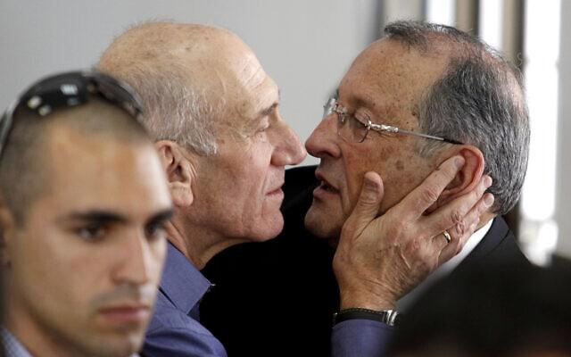 אהוד אולמרט עם עורך דינו אלי זהר בעקבות זיכויו החלקי במשפט הראשון, 10 ביולי 2012 (צילום: AP Photo/Gali Tibbon, Pool)