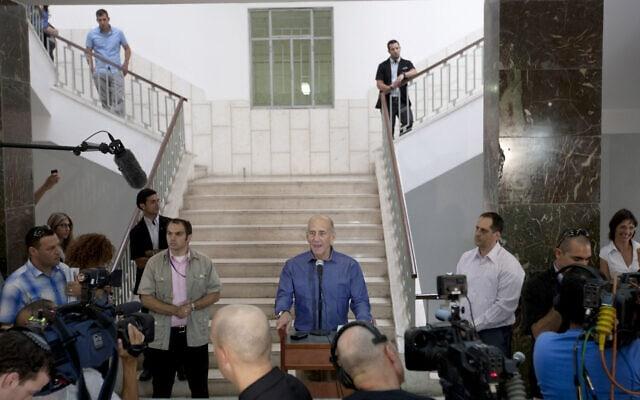 אהוד אולמרט במסיבת עיתונאים בבית המשפט המחוזי בירושלים בעקבות זיכויו החלקי במשפט הראשון, 10 ביולי 2012 (צילום: AP Photo/Ariel Schalit)