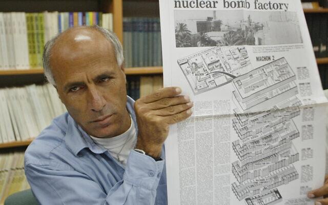 מרדכי ואנונו, ב-2004, מחזיק את גליון הסאנדיי טיימס מ-1986 בו חשף את סודות האטום של ישראל (צילום: AP Photo/Oded Balilty)