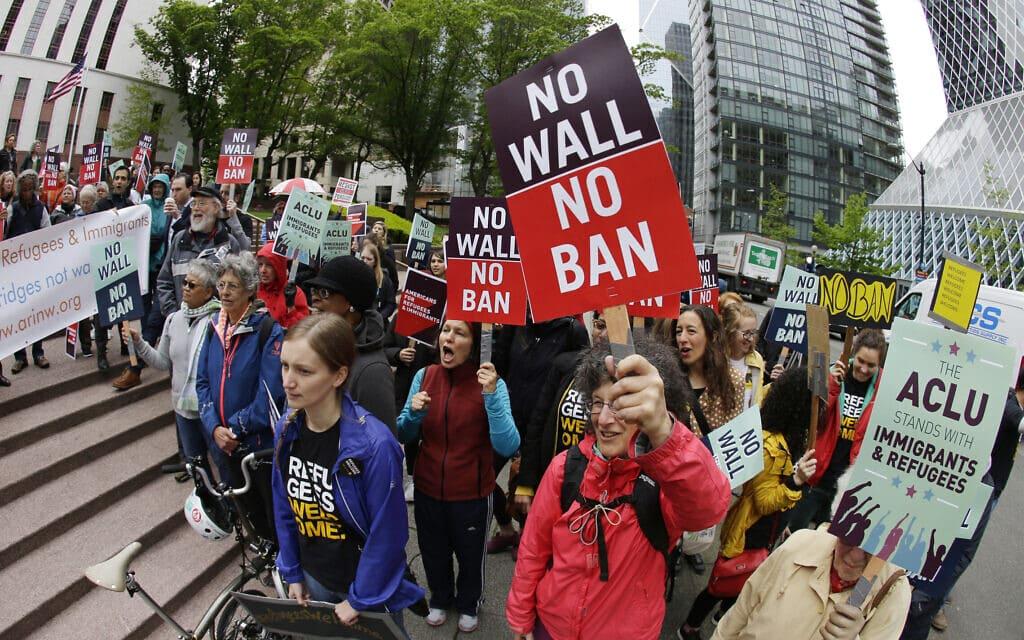מפגינים מוחים בסיאטל נגד בניית החומה בגבול ארצות הברית ונגד איסור הכניסה למדינה, 15 במאי 2017 (צילום: AP Photo/Ted S. Warren, File)