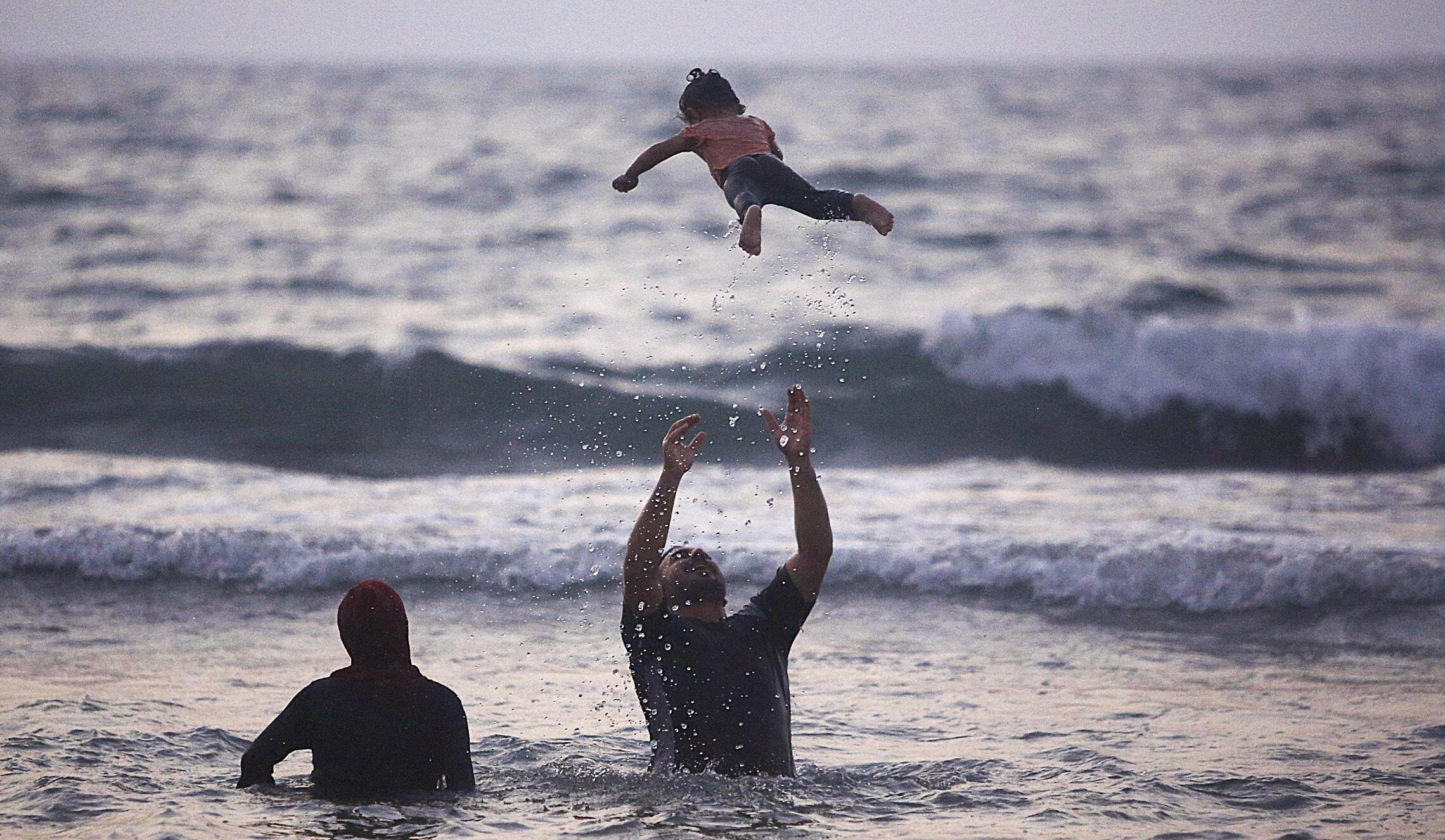 החיים בעזה: משפחה מבלה בים, ספטמבר 2020 (צילום: AP Photo/Hatem Moussa)