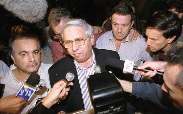 מדינת ישראל מודיעה בתדהמה: איתן הבר מודיע על מותו של יצחק רבין, מחוץ לבית החולים איכילוב בתל אביב, 4 בנובמבר 1995