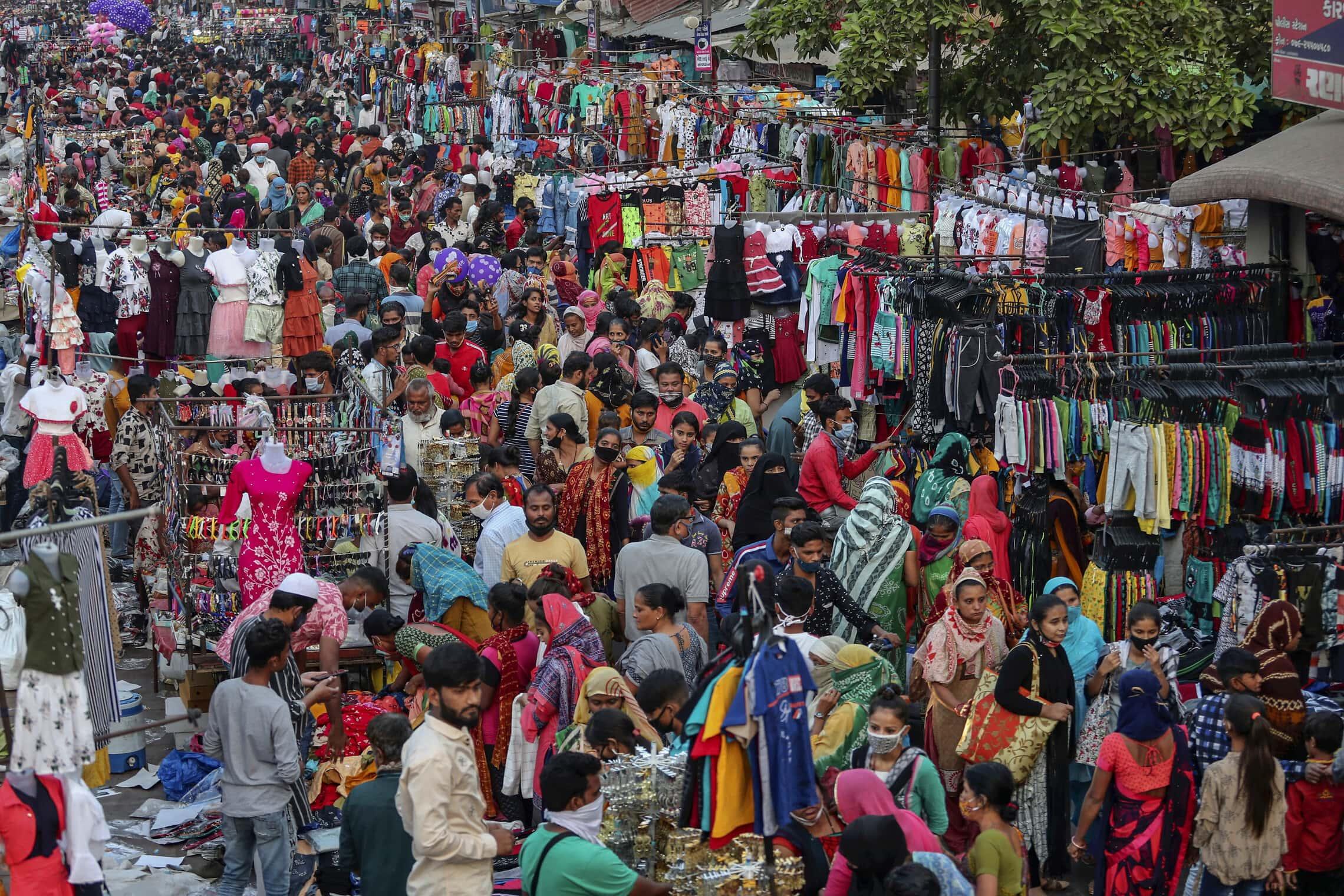 עסקים כרגיל בשוק בעיר אחמדאבאד, הודו, בנובמבר 2020 (צילום: AP Photo/Ajit Solanki)
