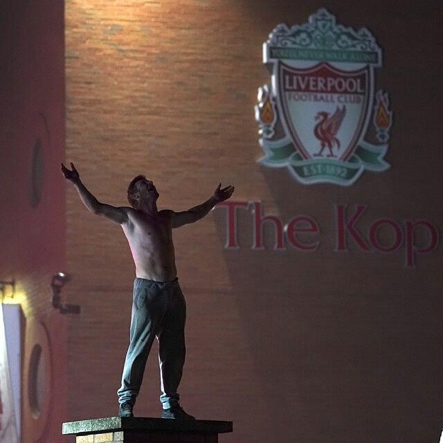 אוהד ליברפול בכניסה לאצטדיון אנפילד אחרי שהקבוצה זכתה בגביע הפרמייר ליג, 25 ביוני 2020 (צילום: AP photo/Jon Super)