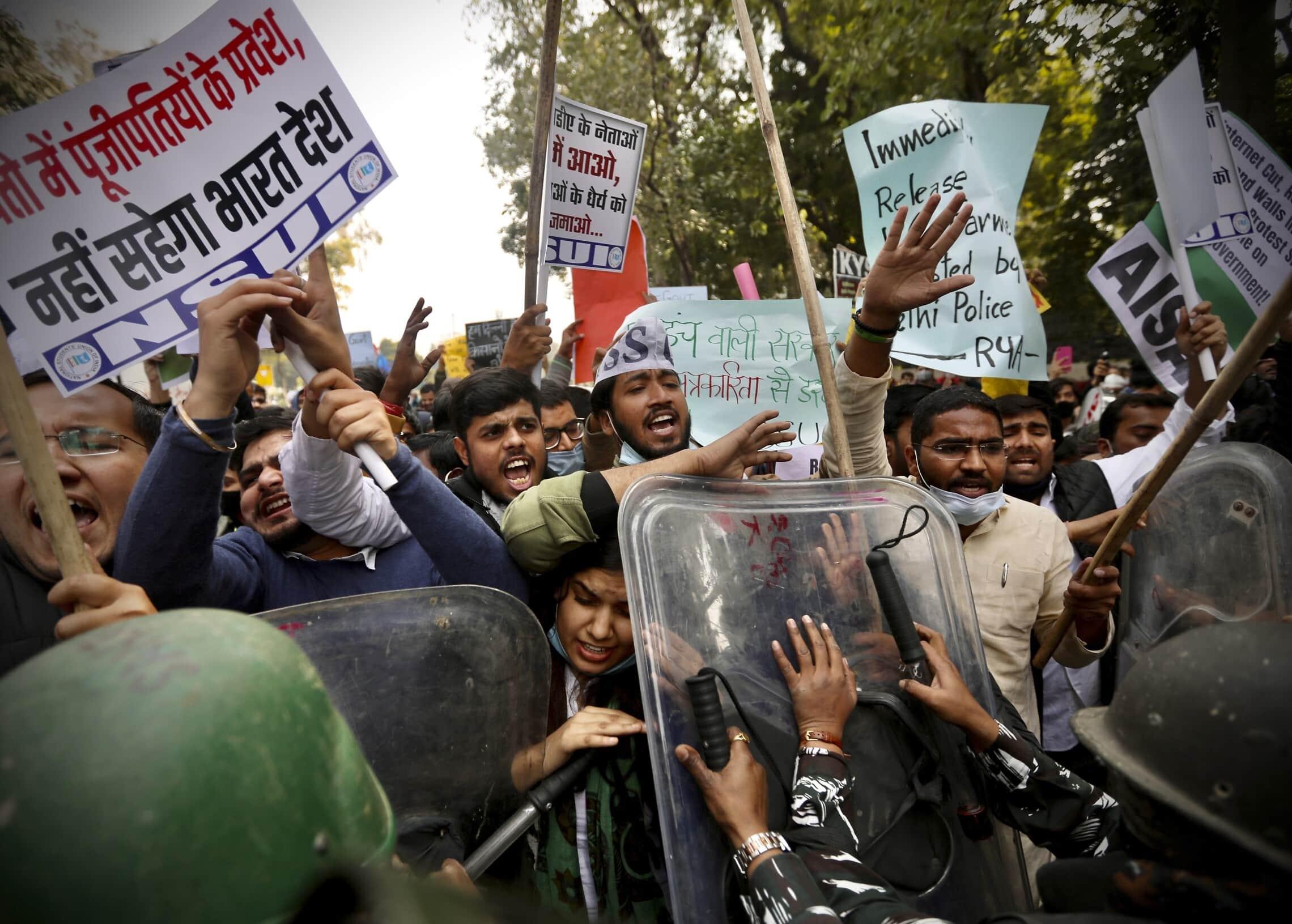 המשטרה מנסה לעצור את המפגינים בניו דלהי, הודו, ב-3 בפברואר 2021 (צילום: AP Photo/Manish Swarup)