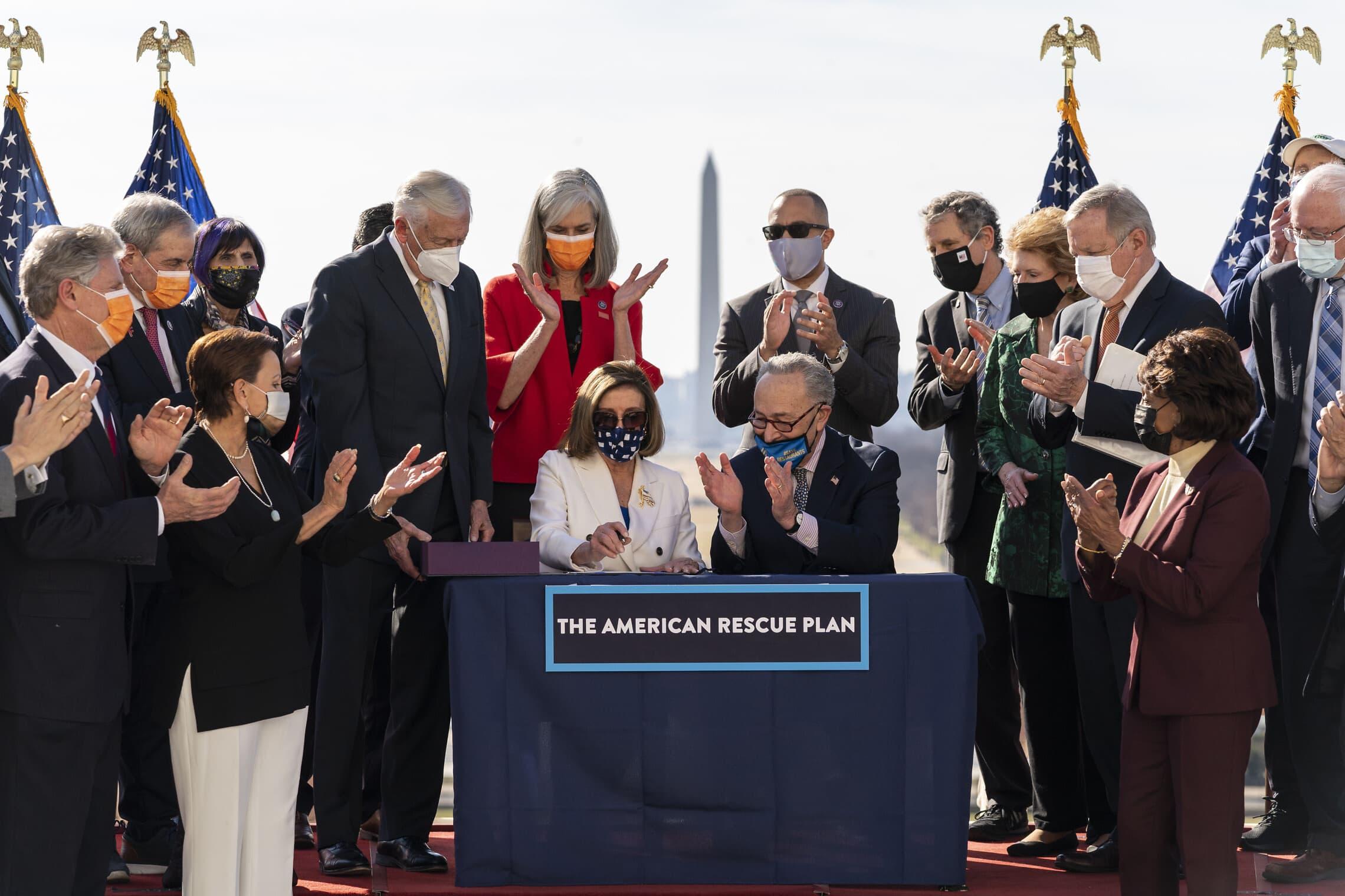 ננסי פלוסי וצ'אק שומר חוגגים את העברת חוק התקציב לחבילת הסיוע בסך 1.9 טריליון דולר, 10 במרץ 2021 (צילום: AP Photo/Alex Brandon)