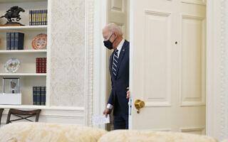 """נשיא ארה""""ב ג'ו ביידן נכנס לחדר הסגלגל בבית הלבן, 11 במרץ 2021 (צילום: AP Photo/Andrew Harnik)"""
